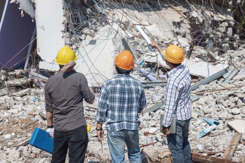 L'architecte et le travailleur d'ingénieur de contrôle des opérations démolissent le vieux bâtiment images libres de droits