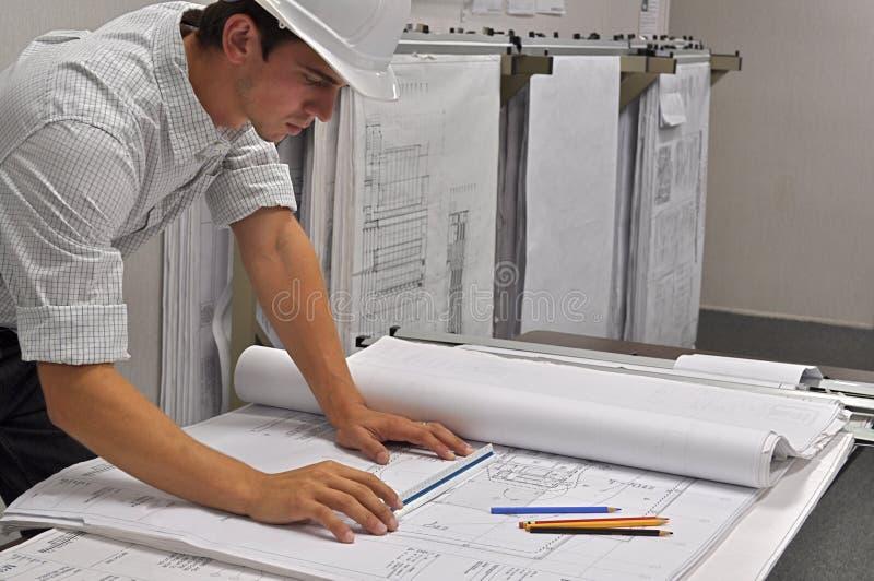L'architecte observe des plans images stock