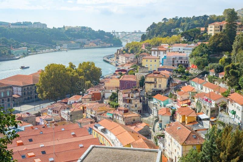 L'architecture de ville de Porto Porto avec la rivière de Douro et l'Arrabida jettent un pont sur le fond photographie stock