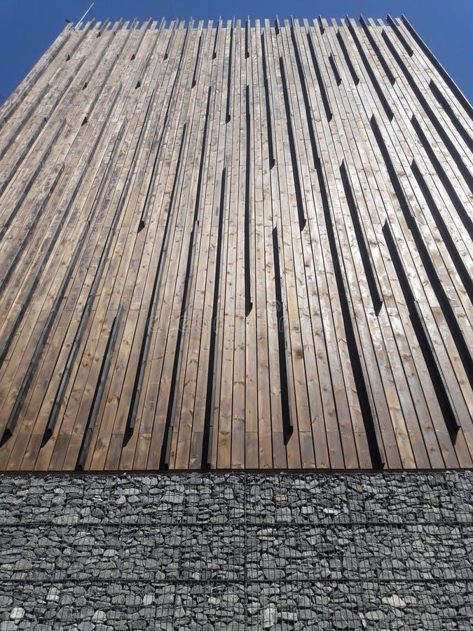 L'architecture en bois moderne sous la route s'est rapportée au président de gauche de partie concernant le combat de libération  photographie stock libre de droits
