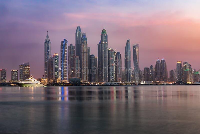 L'architecture futuriste de la marina de Dubaï photographie stock libre de droits