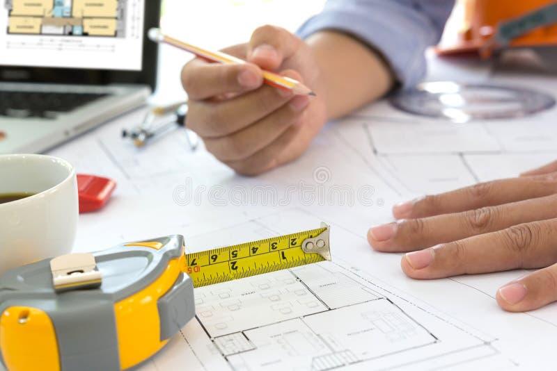 L'architetto arredatore che discutono i dati ed il computer portatile digitale del computer e della compressa con il documento di immagini stock libere da diritti