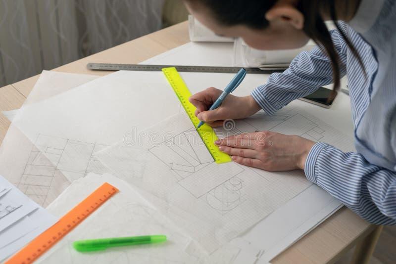 L'architetto dello studente disegna le forme geometriche, pratica di progettazione fotografie stock libere da diritti