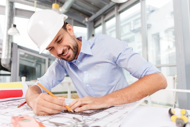 L'architetto maschio abile è costruire immagini stock
