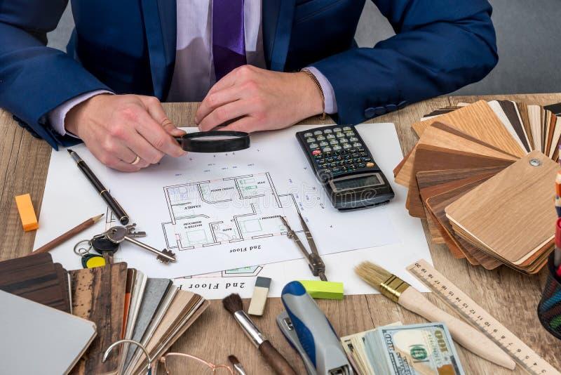 L'architetto sviluppa una casa di piano con gli attrezzi immagini stock