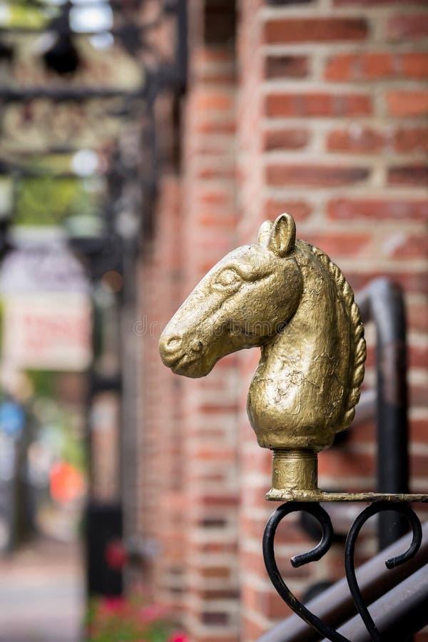 L'architettura dettaglia la testa di cavallo d'ottone d'annata orna l'entrata di una costruzione di mattone in Alessandria d'Egit fotografia stock