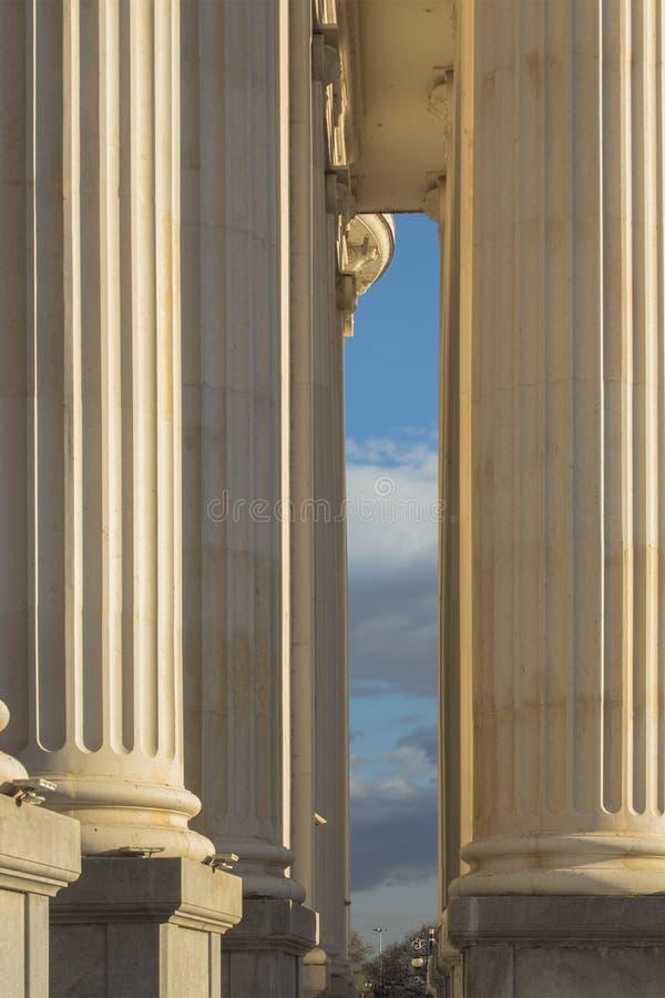 L'architettura di Skopje Un pezzo sottile di cielo scenico fra due colonne enormi nel centro urbano macedonia immagine stock