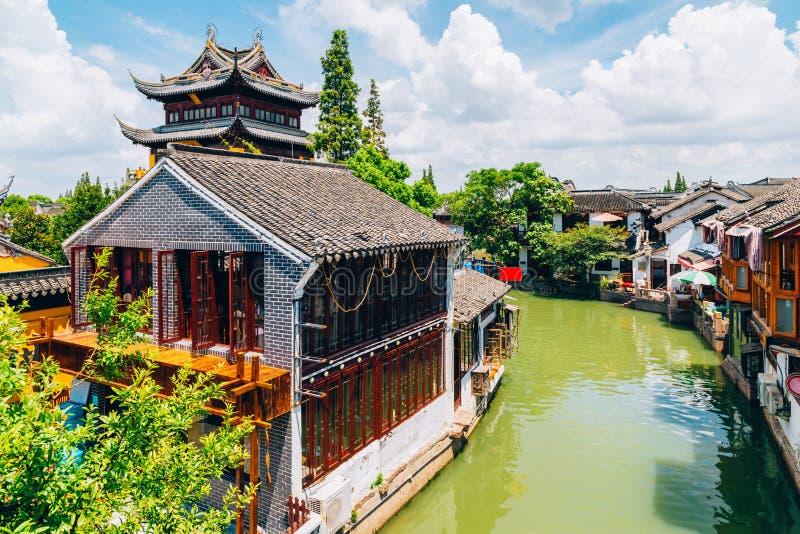 L'architettura tradizionale cinese ed il canale a Shanghai Zhujiajiao innaffiano la città fotografia stock