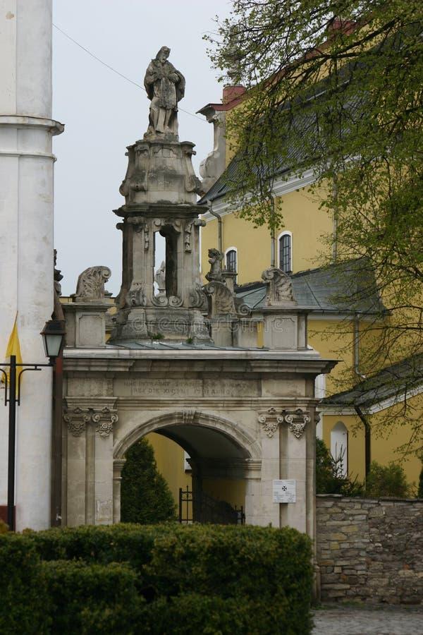 L'arco del trionfo all'entrata alla cattedrale cattolica in Kamieniec-Podolski, Ucraina immagine stock