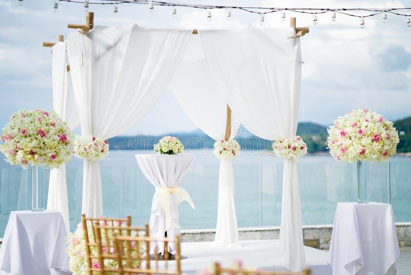 L'arco della sede di nozze di spiaggia, fondo dell'oceano di Te fotografia stock