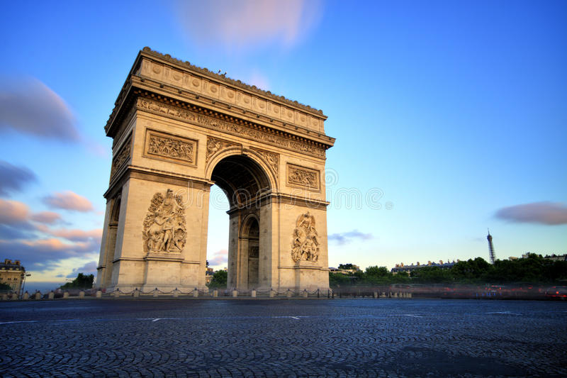 L'Arco di Trionfo al tramonto, Parigi fotografia stock libera da diritti