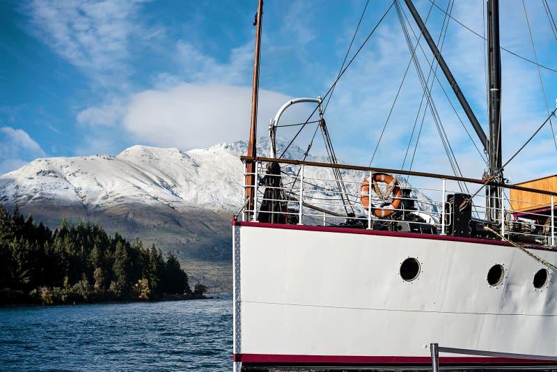 L'arco di un piroscafo attraccato sul lago Wakatipu a Queenstown in Nuova Zelanda immagini stock