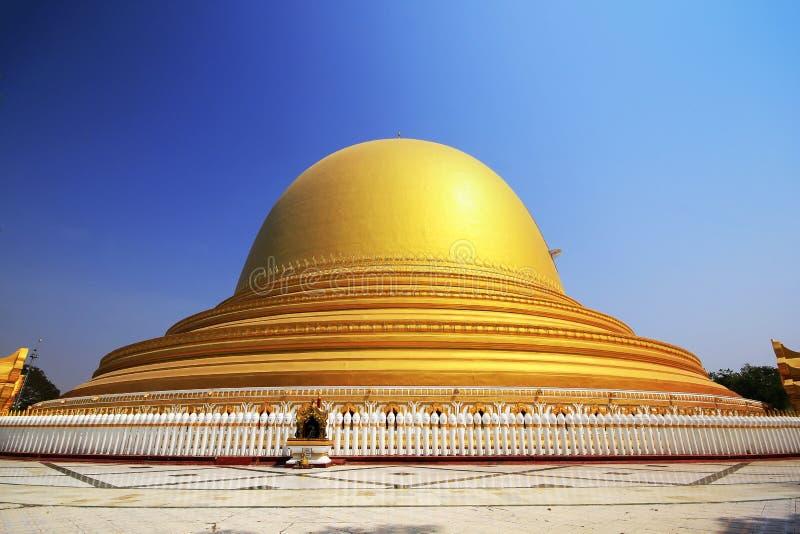 L'arco dorato del tempio nel Myanmar fotografia stock