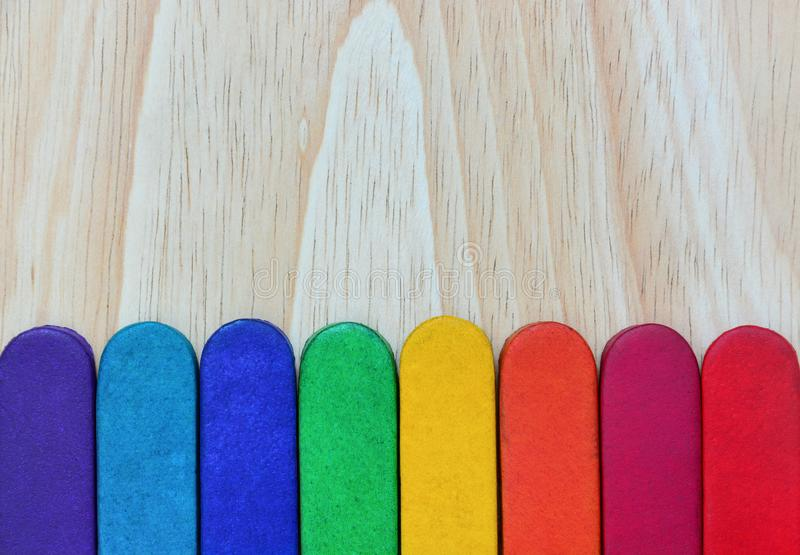 L'arcobaleno colora la struttura di cuoio su fondo di legno immagini stock libere da diritti