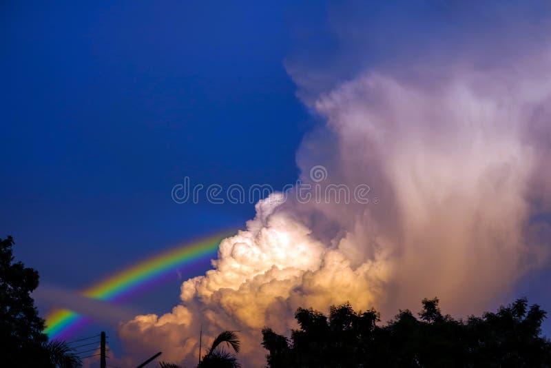 l'arcobaleno compare nel cielo dopo la pioggia e la parte posteriore sulla nuvola del tramonto fotografie stock libere da diritti