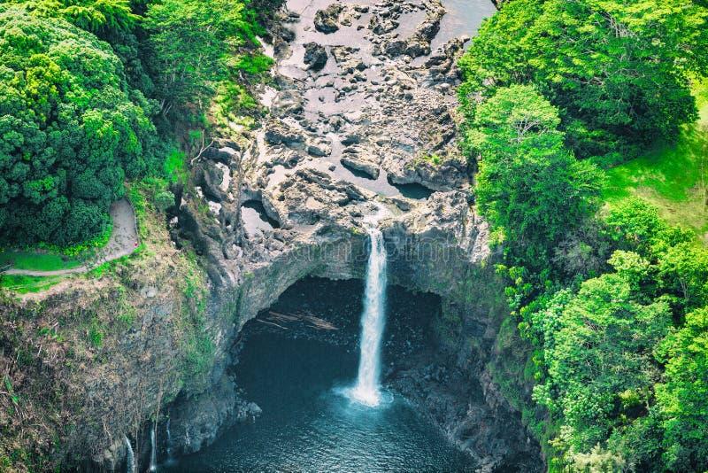 L'arcobaleno delle Hawai cade cascata vicino a Hilo, grande isola Viaggio di U.S.A. Vista superiore aerea fotografie stock libere da diritti