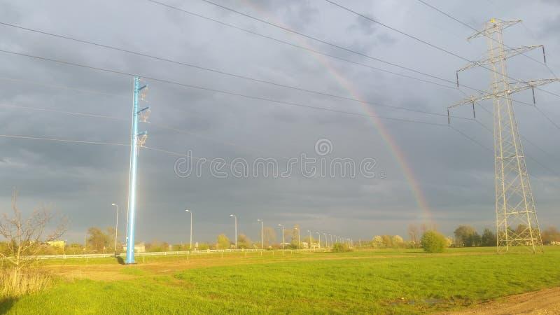L'arcobaleno e Electric Power allineano il pilone immagini stock libere da diritti