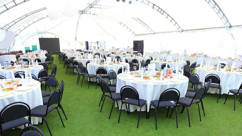 L'area di ricevimento nuziale elegante, aspetta per gli ospiti i damigelle della sposa r fotografia stock