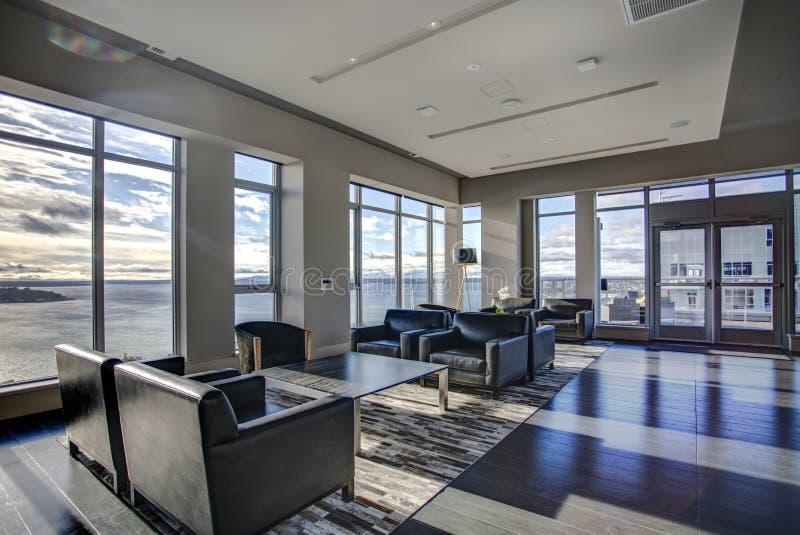 L'area leggera del salotto con il punto di vista di Elliott Bay innaffia immagine stock