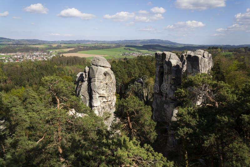 L'arenaria oscilla intorno al castello di Hruba Skala nel paradiso della Boemia immagini stock