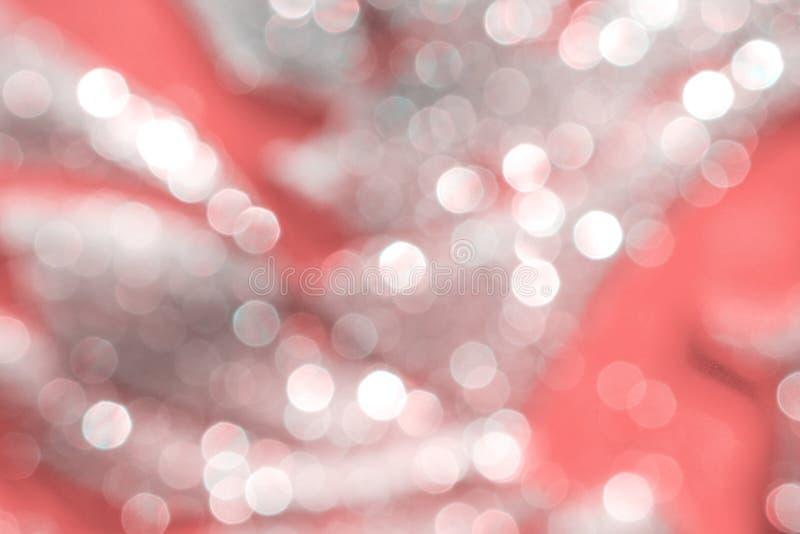 L'argent brouillé ou le bokeh blanc rougeoie étincelle sur les modèles abstraits roses colorés pour le fond images stock