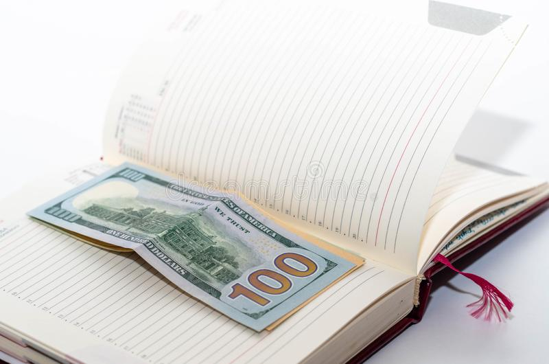 L'argent est sur un carnet ouvert photographie stock