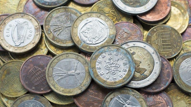 L'argent invente le fond Euro pièces de monnaie avec la patine photographie stock