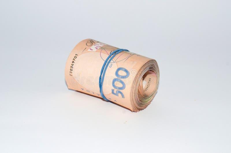 L'argent ukrainien sur le hryvnia cinq cents d'isolement sur un fond blanc, a roul? dans un petit pain, tube Vue de c?t?, l'espac photo stock