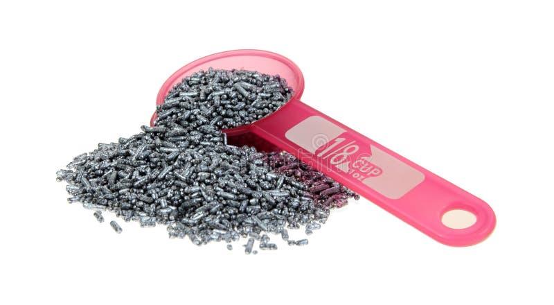 L'argento spruzza il rovesciamento della tazza dentellare fotografia stock
