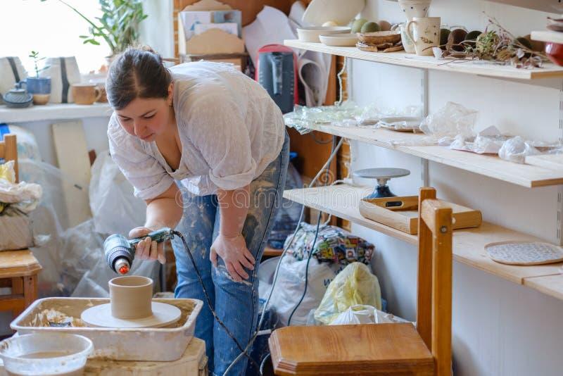 L'argile intérieur d'atelier de poterie bombe la collection images stock