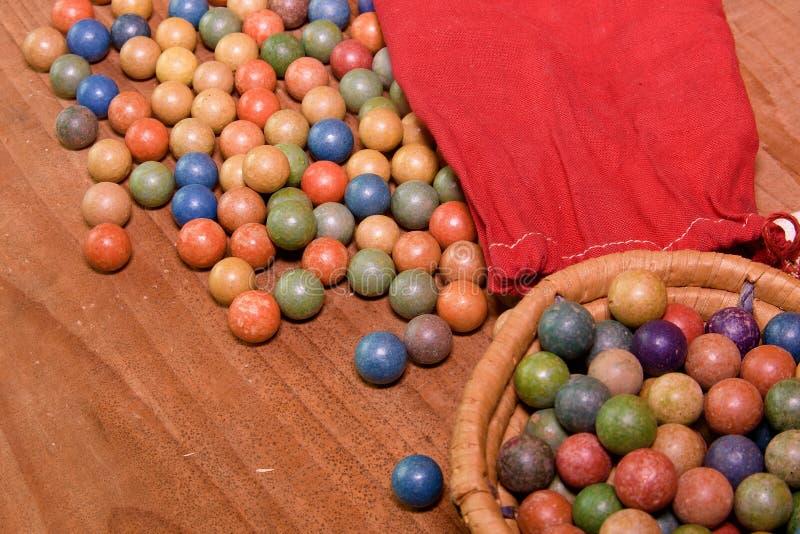 L'argile marbre des boules Rétro jouets Jouets de vintage Marbres de petit pain/jeu de pousse photos libres de droits