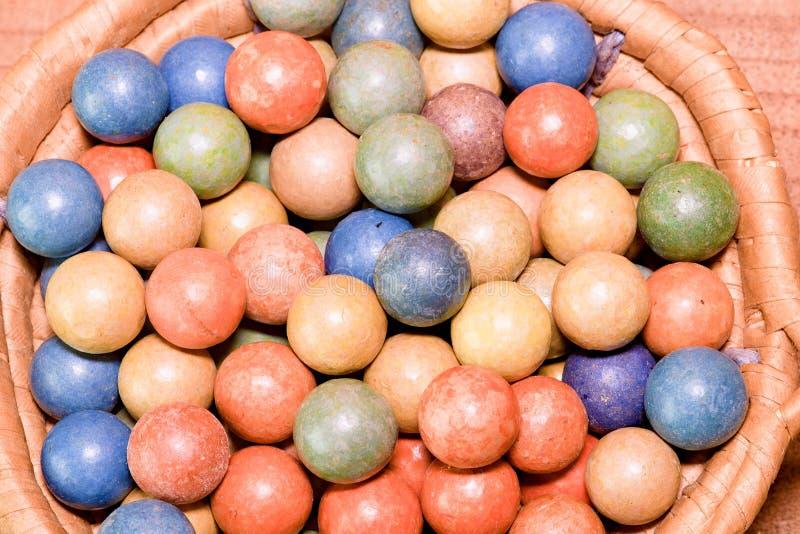 L'argile marbre des boules Rétro jouets Jouets de vintage Marbres de petit pain/jeu de pousse photo stock