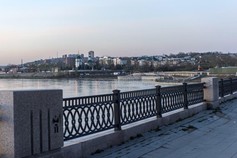 L'argine del Angara nella sera con una vista della c fotografie stock libere da diritti