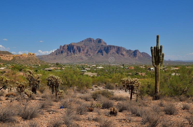 L'Arizona, giunzione di Apache: Città alle colline pedemontana delle montagne di superstizione immagine stock libera da diritti