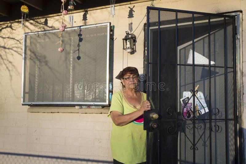 L'Arizona - Tucson - femme dans l'avant sa maison photos stock