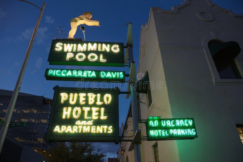 L'Arizona, Tucson, les Etats-Unis, le 7 avril 2015, néon de vintage pour la piscine et hôtel de pueblo, photos stock