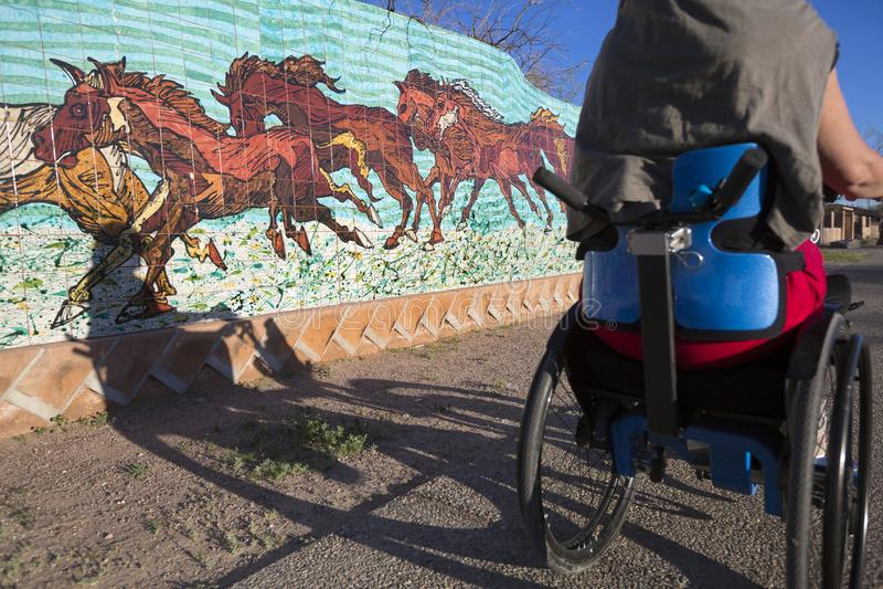 L'Arizona - tucson - passeggiata del weelchair dentro in città fotografia stock libera da diritti