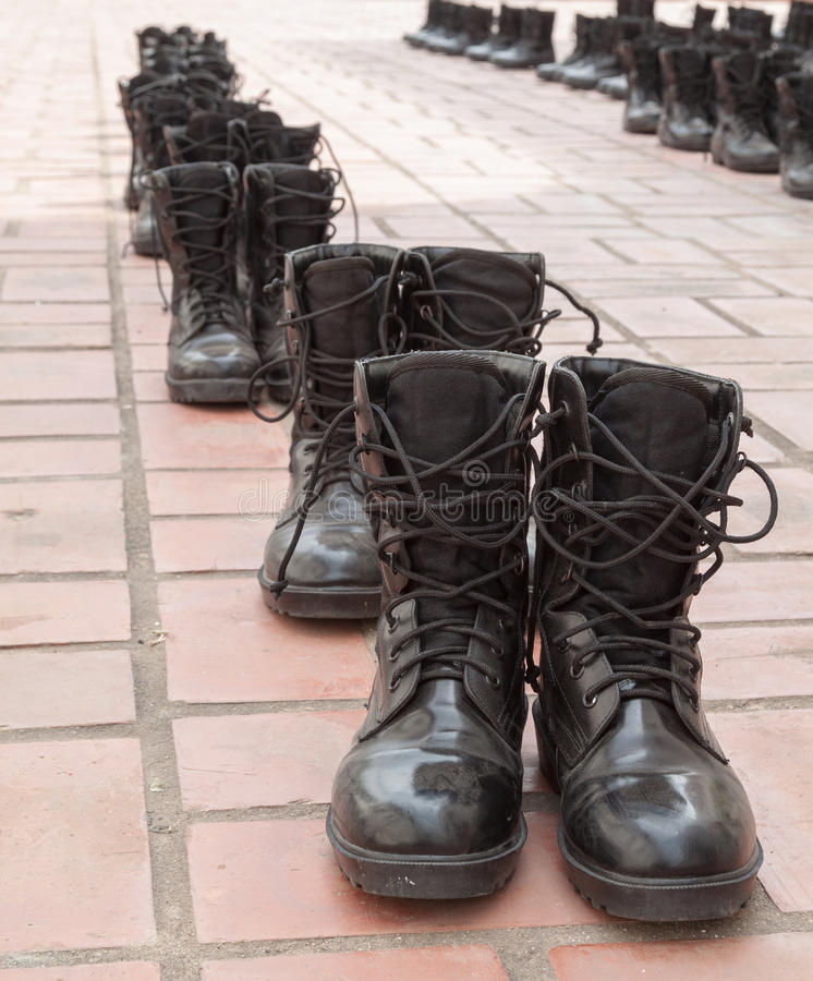 L'armée chausse la rangée image stock