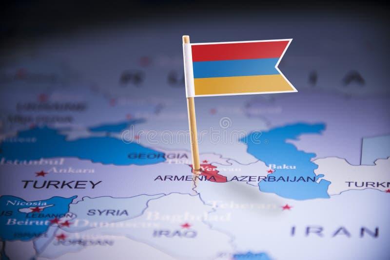 L'Arménie a identifié par un drapeau sur la carte photos stock