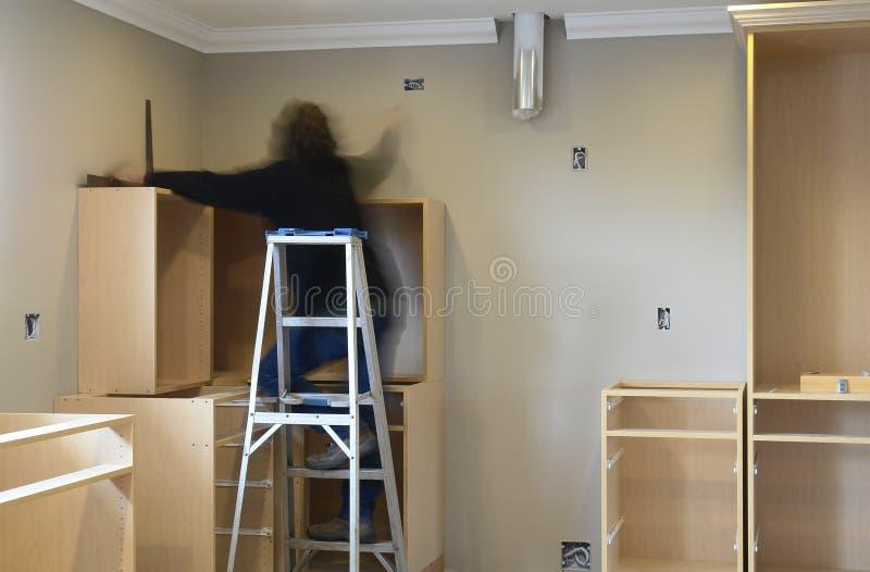 L'armadio da cucina installa a casa immagini stock libere da diritti