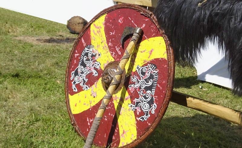 L'armamento e l'armatura di Vichingo hanno usato il combattimento con le spade e gli schermi fotografia stock libera da diritti