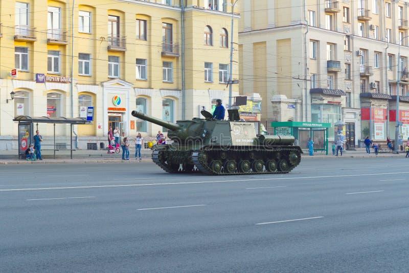 L'arme à feu de l'artillerie ISU-152 lourde a appelé Lev Troyanov conduit le long de l'avenue de Lénine image libre de droits