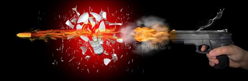 L'arme à feu tire une balle par une balle image stock