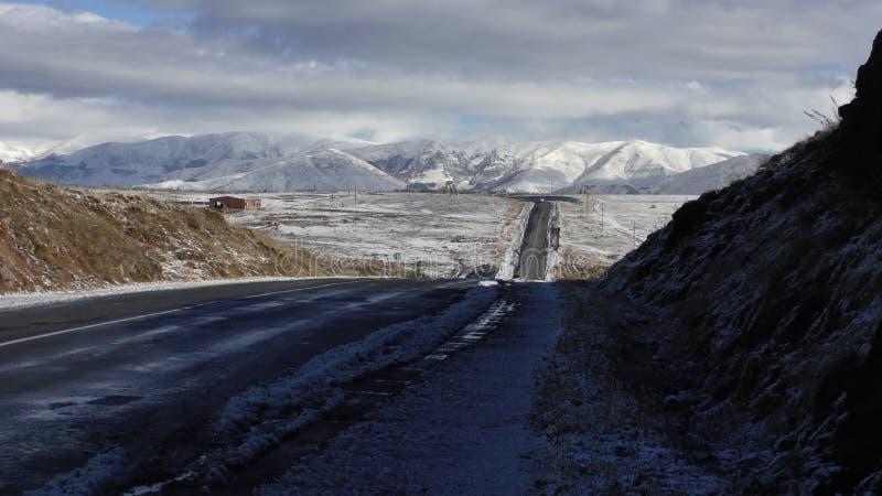 l'armenia Roadscape della provincia di Aragatsotn con le montagne immagine stock