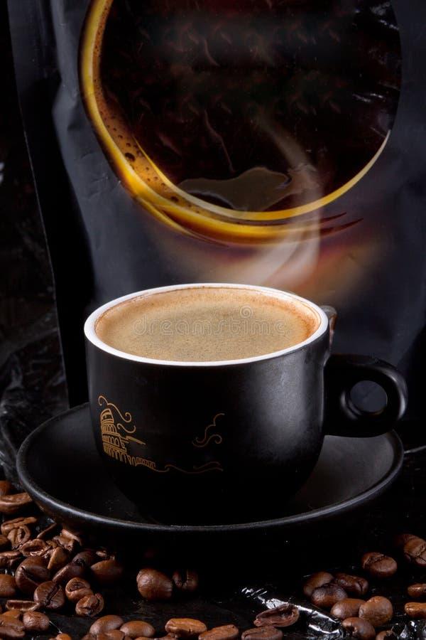 L'arome parfumé du café frais et fort avec une mousse riche et épaisse ne laissera pas n'importe qui indifférent image libre de droits