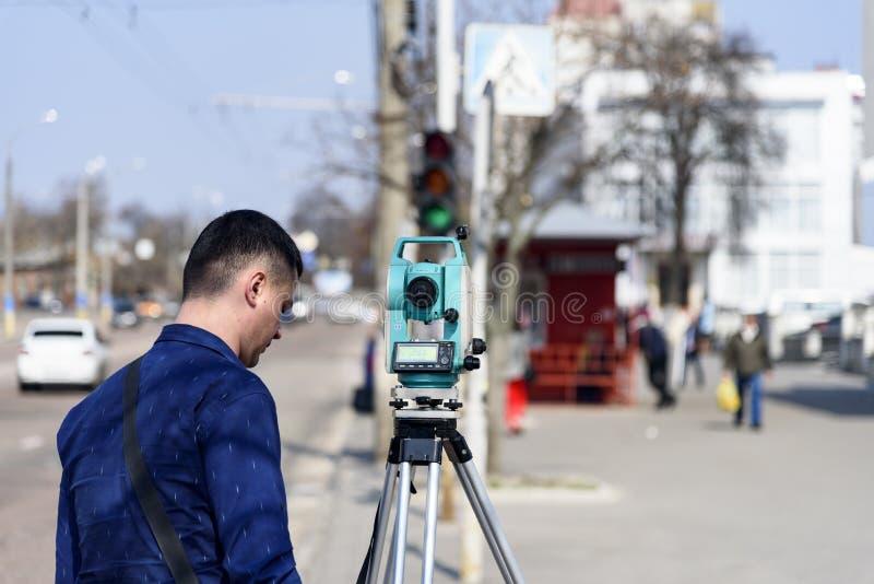 L'arpenteur de terre d'ingénieur fait des mesures sur la rue de la ville de Tchernigov, Ukraine images libres de droits