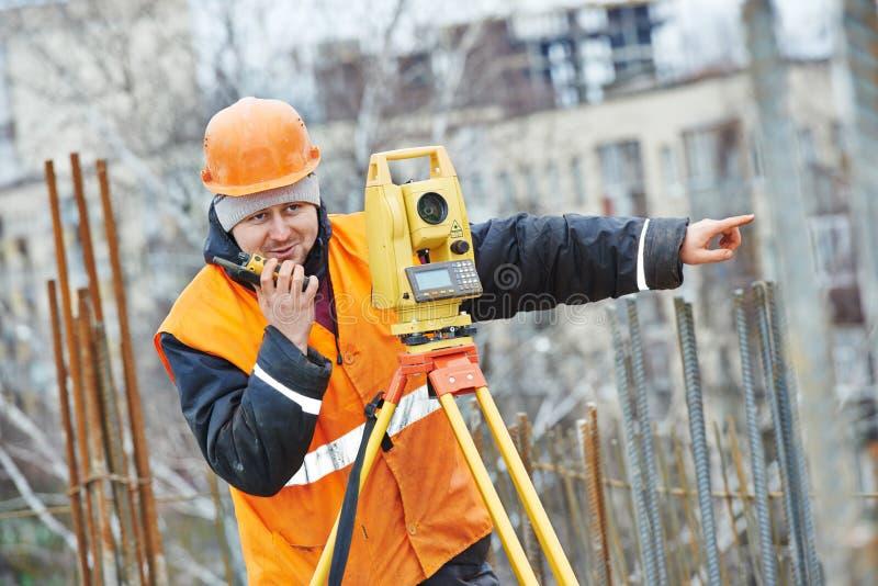 L'arpenteur travaille avec le théodolite photos libres de droits