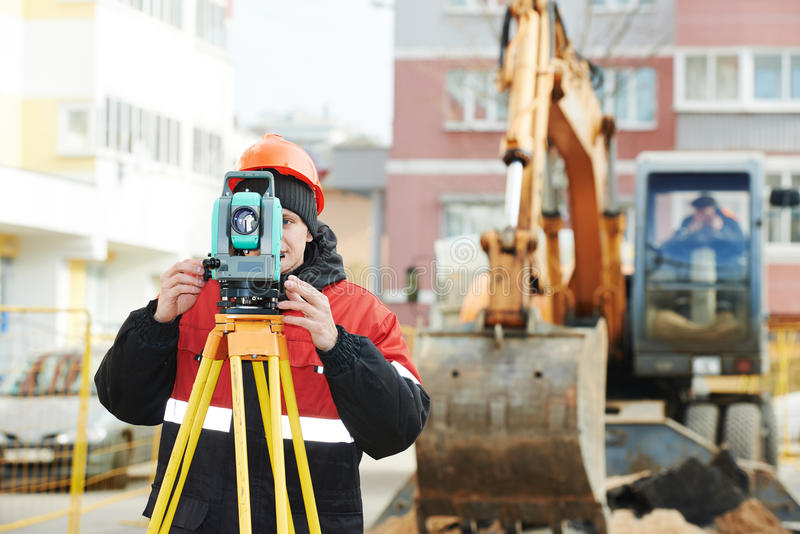 L'arpenteur travaille avec le théodolite photo libre de droits