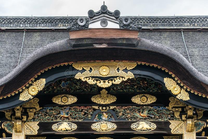 L'or arqué d'entrée découpent le pignon du château de Nijo photo libre de droits