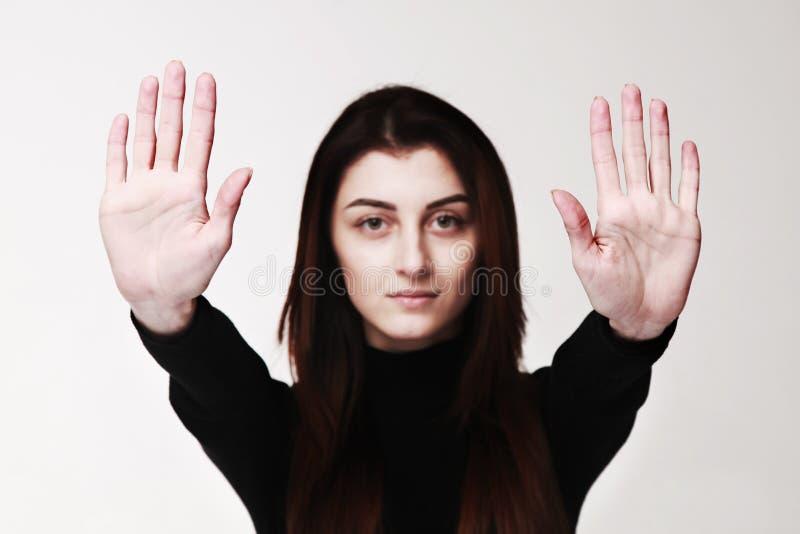 L'arrêt d'apparence de fille remet le langage du corps de geste de signe, les gestes, p photo stock